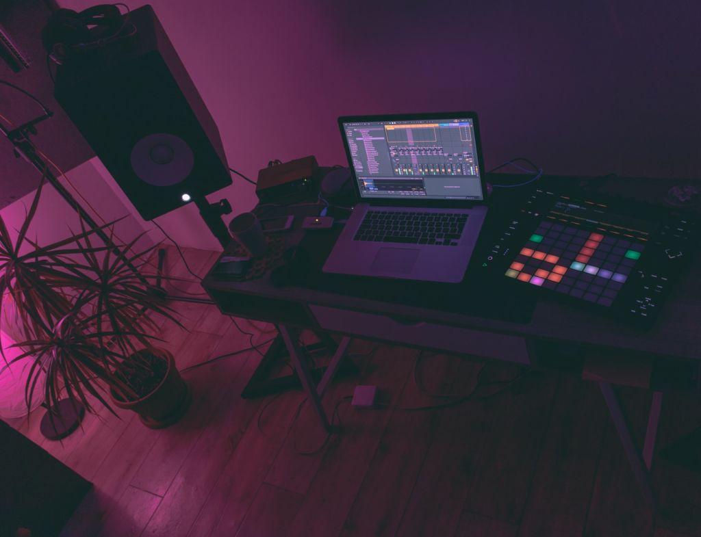 Auf einem Tisch stehen verschiedene Tools zur Musikproduktion.