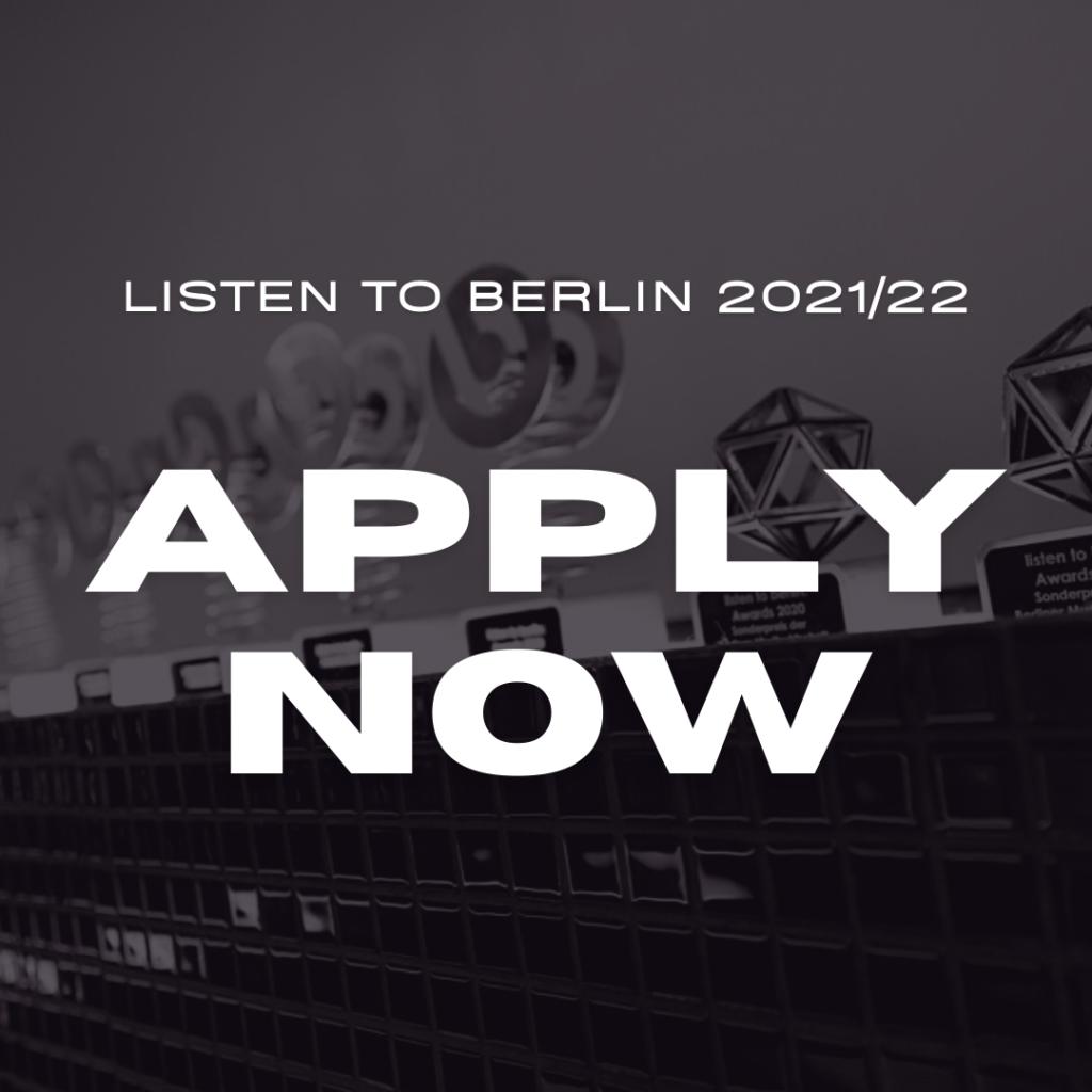 Graues Hintergrundbild mit den listen to berlin Awards Trophäen. Im Vordergrund steht in weiß