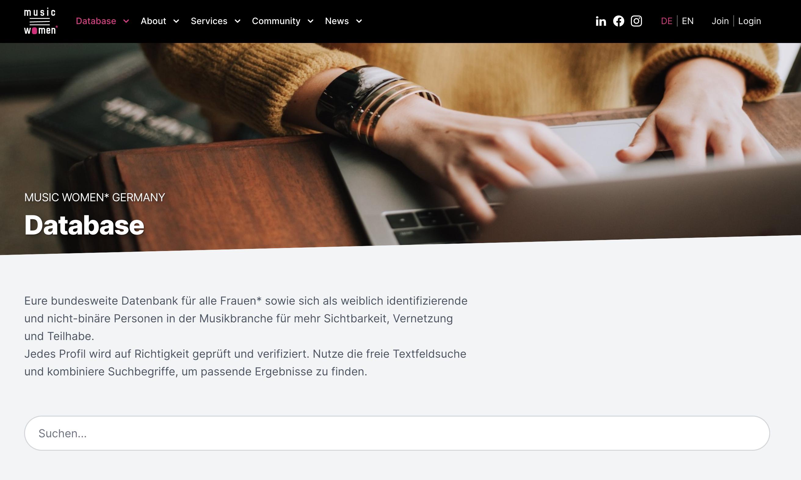 Screenshot einer Website. Neben der Überschrift Database sind Hände an einem Laptop zu sehen.