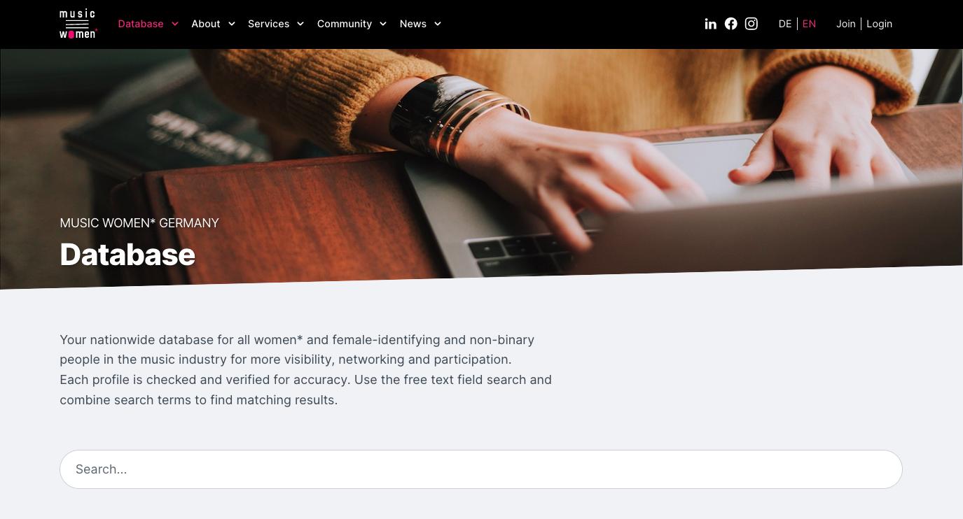 Ein Screenshot der Music Women* Germany Website. Es gibt ein Bild auf dem eine Person am Laptop sitzt und tippt.