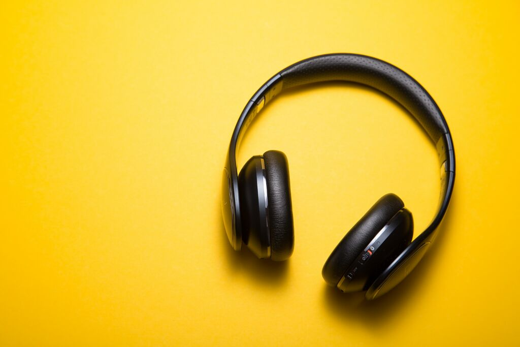 Schwarze Kopfhörer vor einem gelben Hintergrund